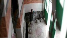 Camiye girip muslukları çalan şahıs kamerada