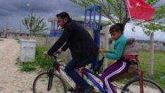 Engelli kızı için tasarım bisiklet yaptı