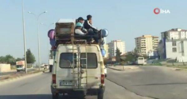 Gaziantep'te minibüsün tepesinde yolculuk ettiler