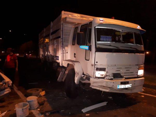 Şanlıurfa'da kamyon 3 otomobili biçti: 3 yaralı