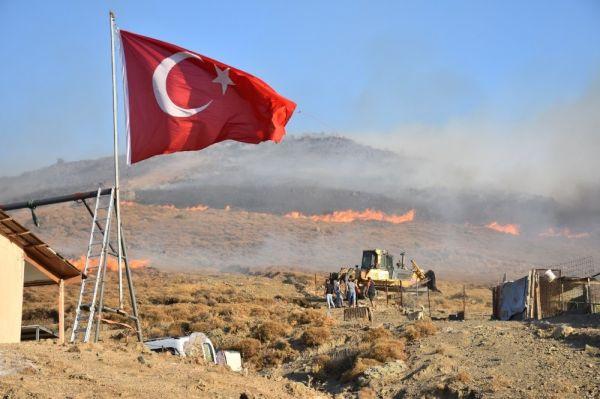Yangında önce bayrağı kurtardı