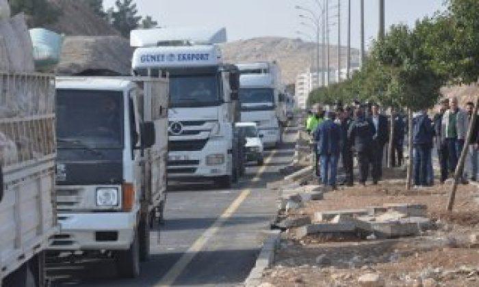 Arkadaşlarına kamyon çarpan öğrenciler yolu kapattı