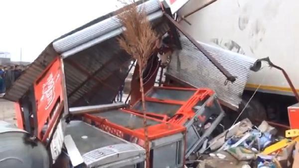 Şanlıurfa'da  tır markete daldı: 4 yaralı
